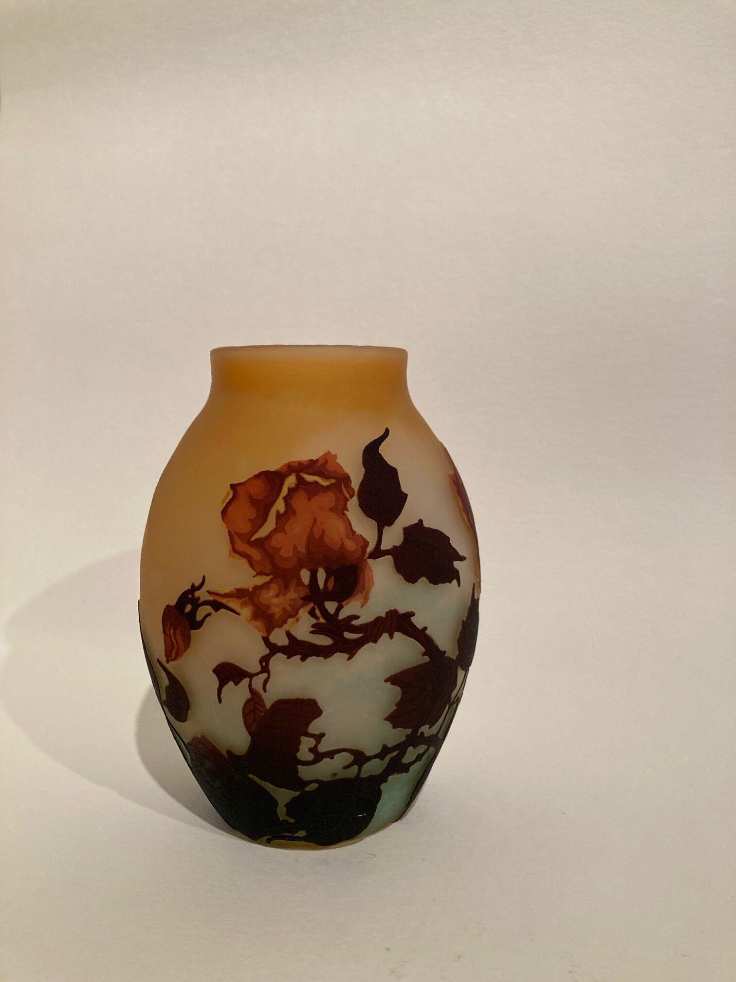 Vase mit Rosen, Muller Frères, Frankreich um 1920